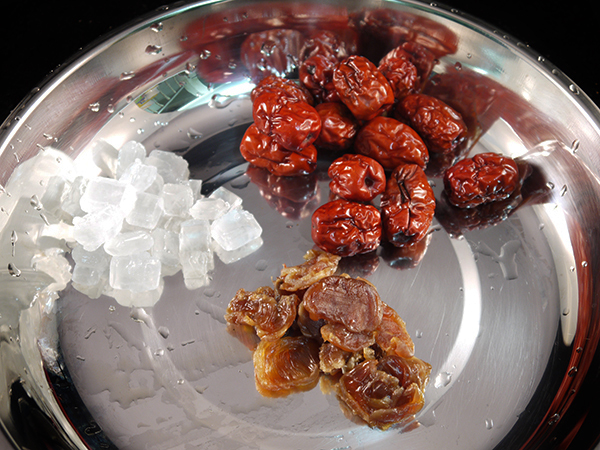 rinse red dates, dried longan and white rock sugar