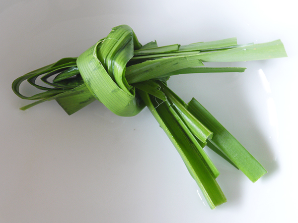 wash the pandan leaves, tear into strips and tie in a knot
